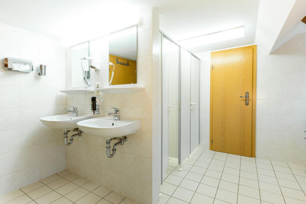 geräumiges Bad im Ferienappartement